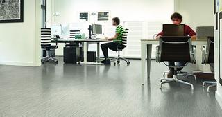In de meeste kantoortoepassingen worden LVT-vloeren verlijmd, al is dat vanwege huurovereenkomsten of technische noden niet altijd mogelijk