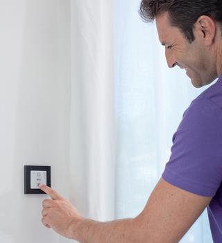 Bij een manuele bediening kan gebruikgemaakt worden van een schakelaar naast het raam