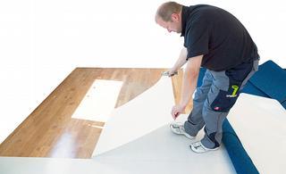 Een kleeffolie wordt eerst in banen gelegd op de ondervloer, waarna de folie verwijderd wordt. De lijm die zich op de onderkant van de baan bevindt, blijft achter op de ondervloer, waar de nieuwe vloerbedekking dan op gefixeerd kan worden