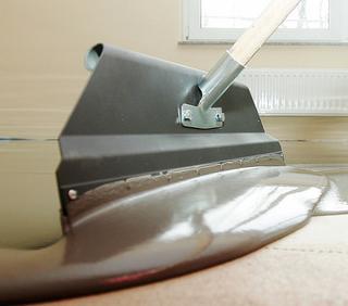 De mortel wordt meteen na het mengen aangebracht waarna u het materiaal met een vlakspaan op de juiste laagdikte open spreidt