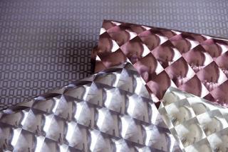 Bij de toepassing van glossy behang is een effen ondergrond zeer belangrijk, zeker bij strijklicht