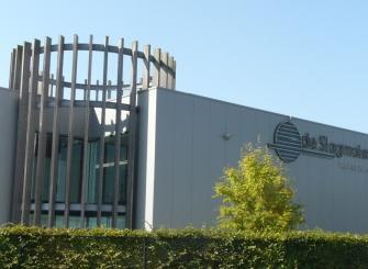 Het moderne bedrijfspand van De Slagmolen in Bilzen. Het bedrijf heeft een omzet van ca. €10 miljoen en kon de laatste jaren telkens een groei van 10% optekenen